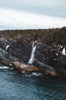 Bruine rotsvorming dichtbij watermassa overdag