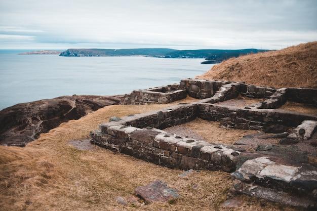 Bruine ruïnes dichtbij watermassa