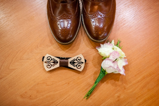 Bruine schoenen en een stropdas