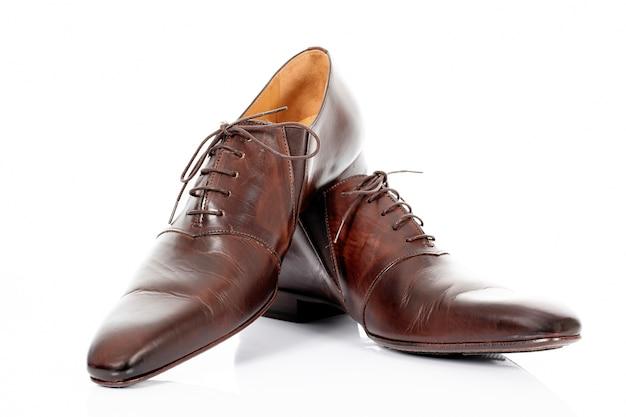 Bruine schoenen geïsoleerd op de witte achtergrond