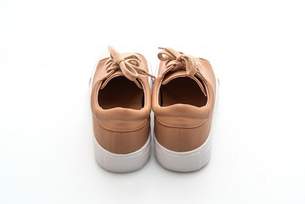 Bruine sneakers op witte achtergrond
