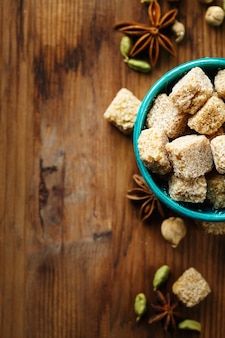 Bruine suiker en kruidenkardemom en anijs