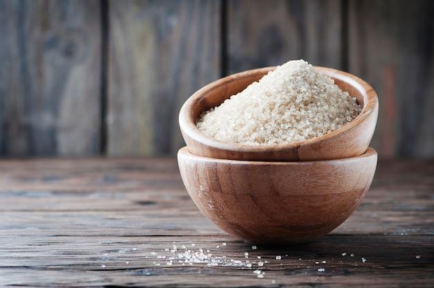 Bruine suiker op de houten tafel