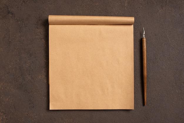 Bruine tafel met lege pagina van ambachtelijke schetsboek