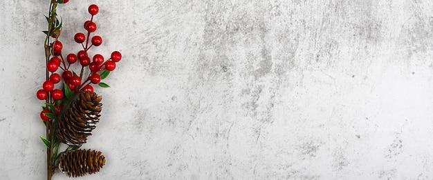 Bruine takken met felrode bessen en kegels