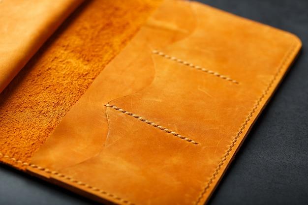 Bruine tas, portemonnee gemaakt van echt leer nubuck op donker