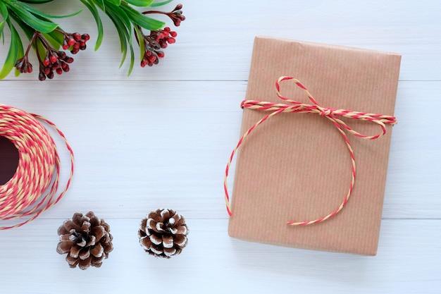 Bruine vintage geschenkdoos, kerstmis, nieuwjaar, valentijnsdag en verjaardag wenskaart