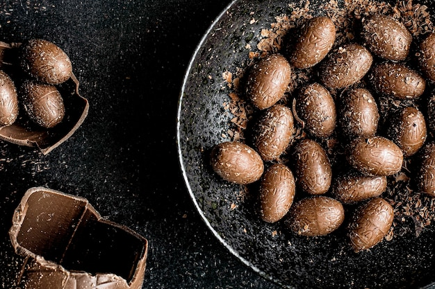 Bruine zelfgemaakte chocolade paaseieren in een kom