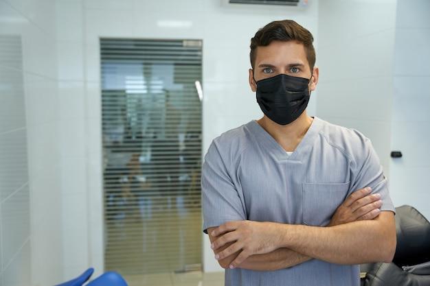 Brunette arts poseren in een gezichtsmasker