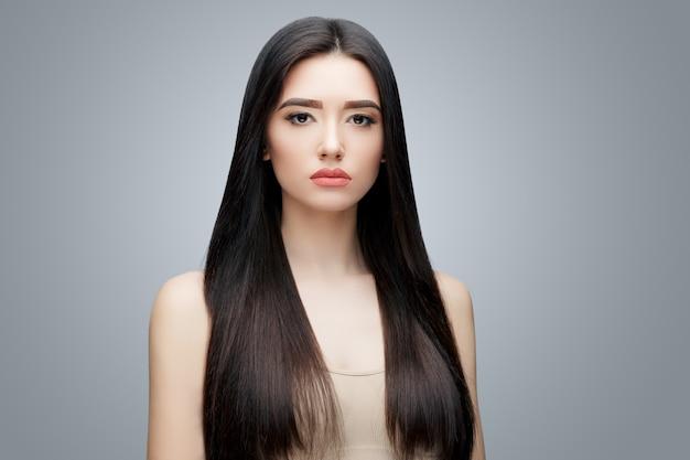 Brunette aziatisch meisje met lang steil haar