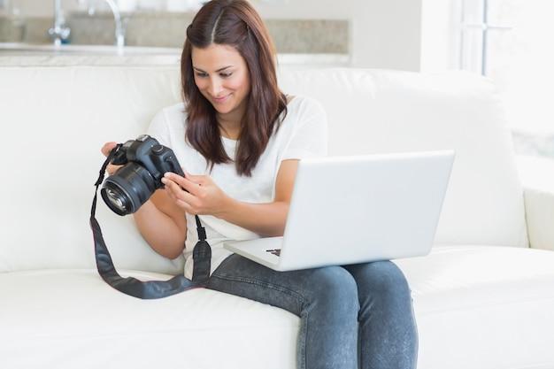 Brunette bekijkt foto's op de camera