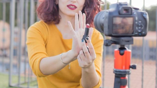 Brunette blogger die kosmetische producten toont