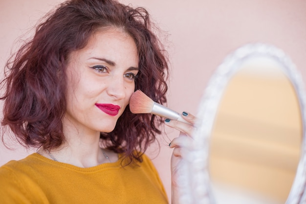 Brunette blogger doet haar make-up