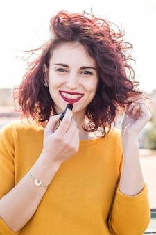 Brunette blogger doet haar make-up
