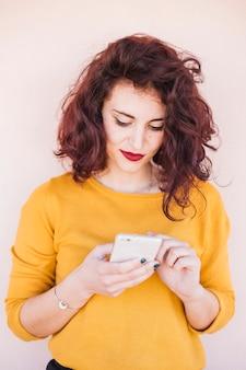 Brunette blogger met behulp van mobiele telefoon