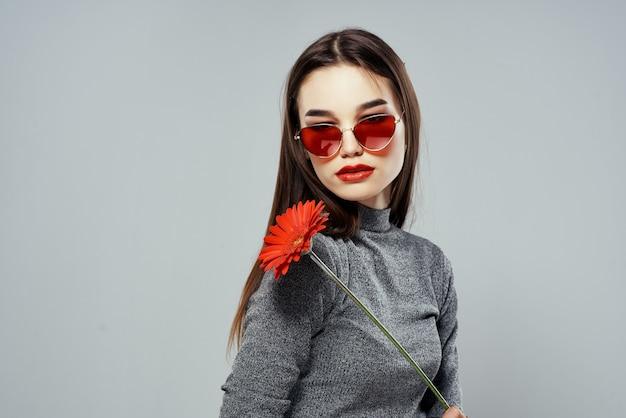Brunette draagt een zonnebril rode bloem passie romantiek studio