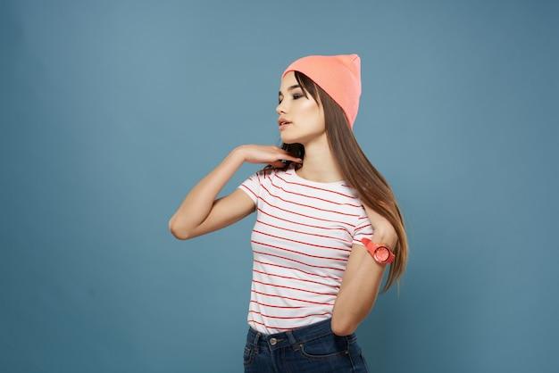 Brunette draagt roze hoed gestreepte t-shirt mode moderne stijl