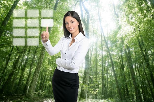 Brunette ecologische zakenvrouw touch-toetsenbord