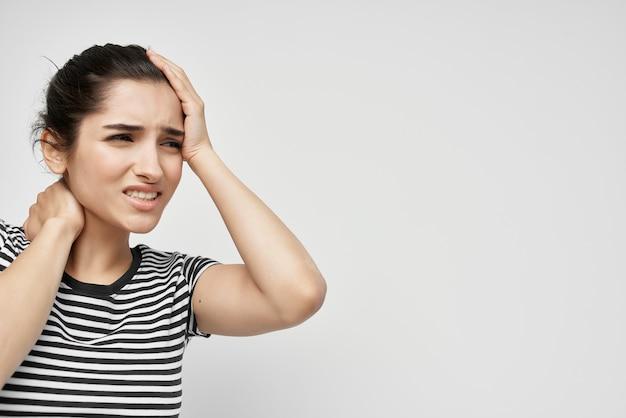 Brunette houdt zijn hoofd vast migraine depressie gezondheidsproblemen