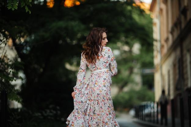 Brunette in een bloem veld. het meisje houdt lupine paars