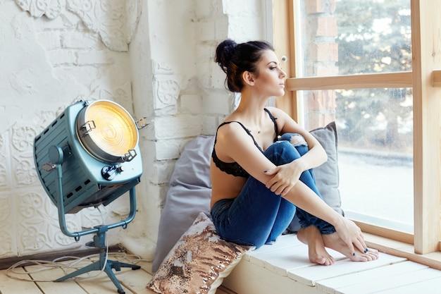 Brunette in slaapkamer perfecte figuur en lichaam