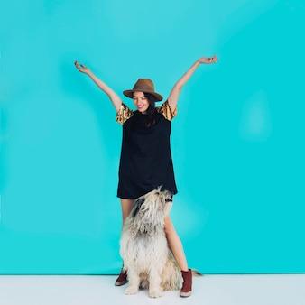 Brunette lachende vrouw poseren met een hond
