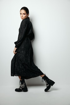 Brunette lichte make-up zwarte jurk glamour model