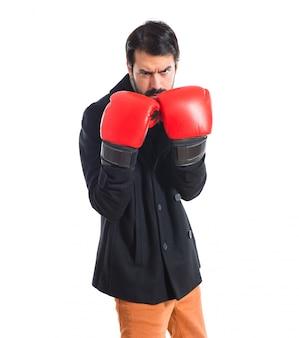 Brunette man met bokshandschoenen