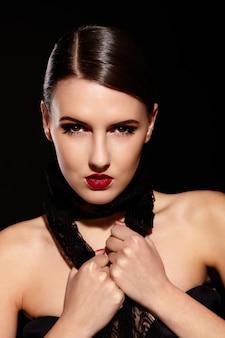 Brunette meisje met ketting op zwart