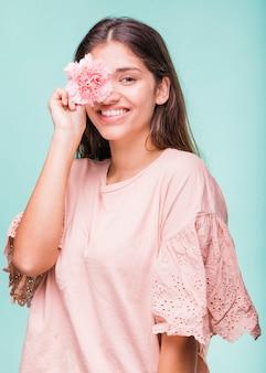 Brunette meisje poseren met bloemen