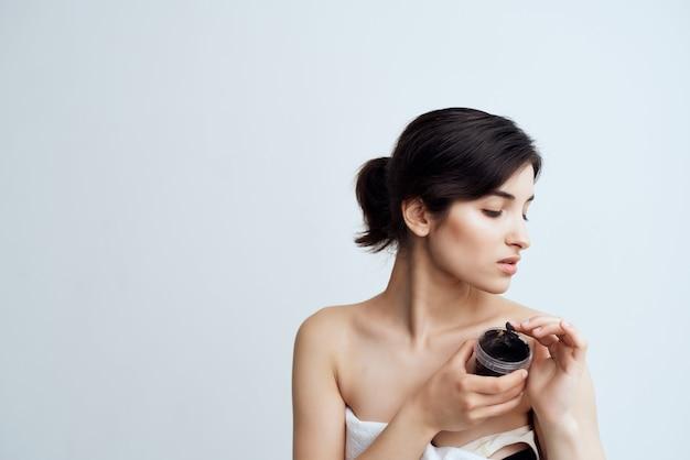Brunette met blote schouders spabehandelingen voor heldere huid