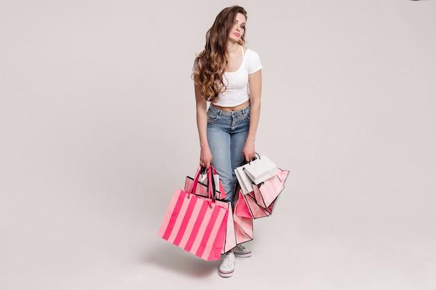 Brunette model poseren met aankopen uit de winkel