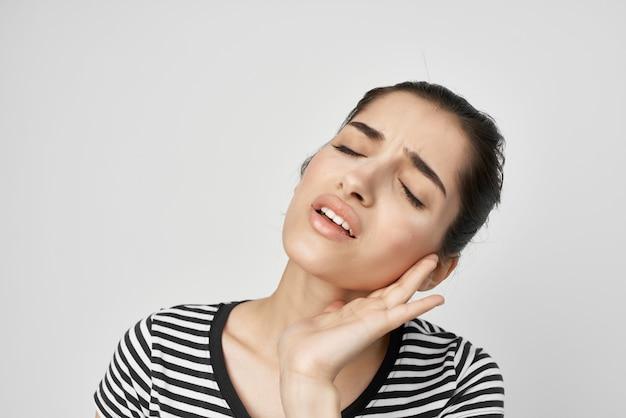 Brunette tandheelkunde gezondheidsproblemen ongemak geïsoleerde achtergrond