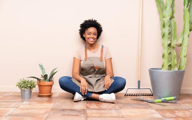 Brunette tuinman vrouw zittend op de vloer