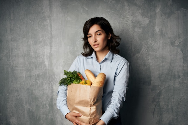 Brunette voedselzak supermarkt groenten eten dieet