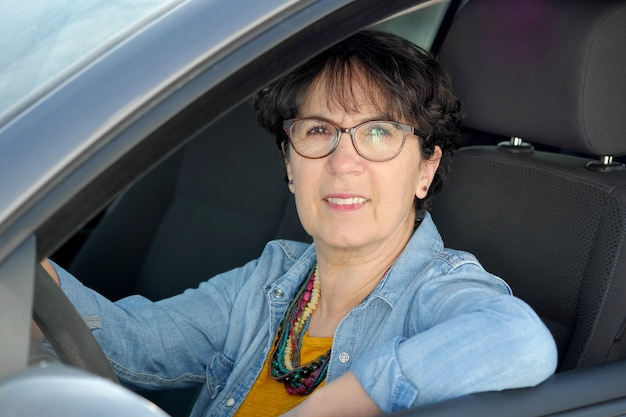 Brunette volwassen vrouw rijdende auto