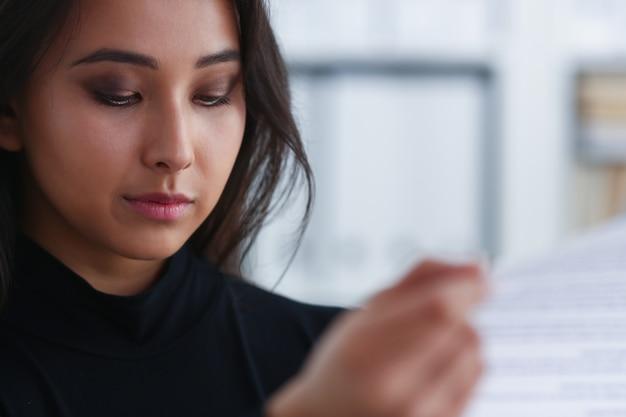 Brunette vrouw leest een document
