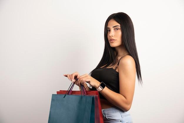 Brunette vrouw met boodschappentassen. hoge kwaliteit foto