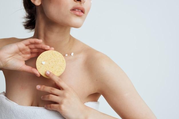 Brunette vrouw met een spons