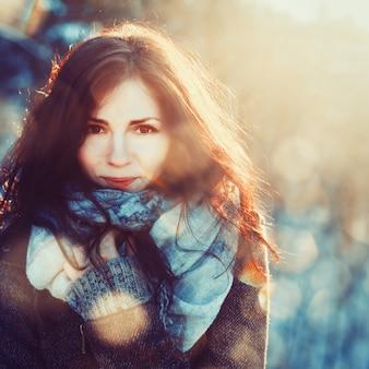 Brunette vrouw met sjaal op een koude dag