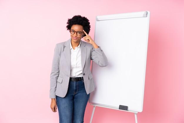 Brunette vrouw met whiteboard