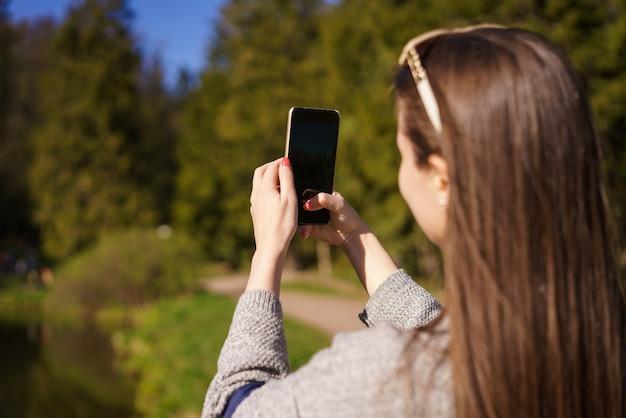 Brunette vrouw met zonnebril een selfie met smartphone nemen
