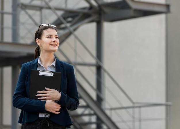 Brunette zakenvrouw buitenshuis