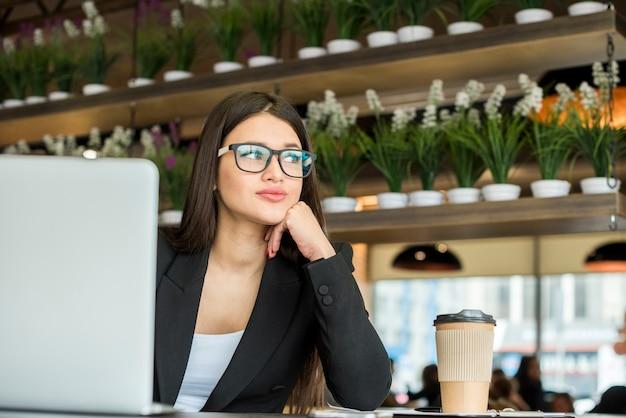 Brunette zakenvrouw denken