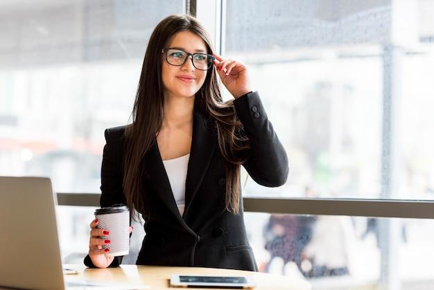 Brunette zakenvrouw met koffie