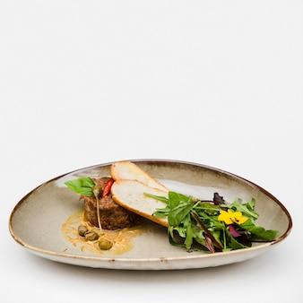 Bruschetta en gekookt vlees kopiëren ruimte