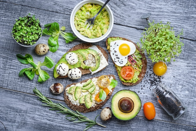 Bruschetta met avocado microgrin, kwarteleitjes en adyghe kaas en mozzarella