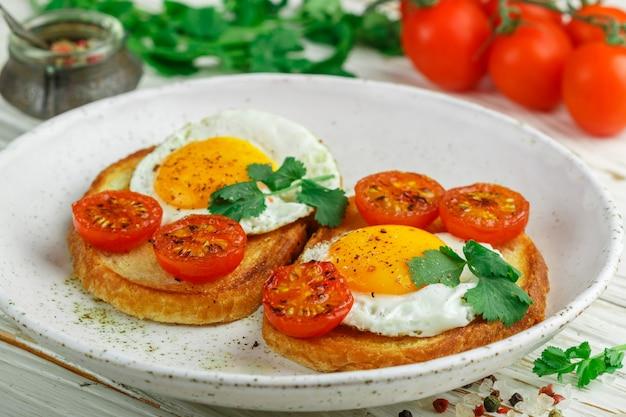 Bruschetta met gebakken eieren