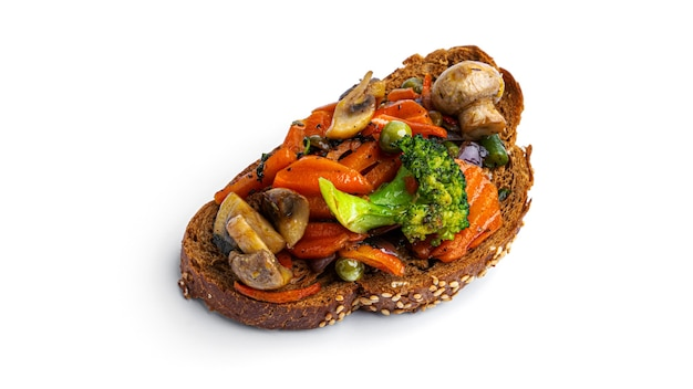 Bruschetta met gebakken groenten op een witte achtergrond. hoge kwaliteit foto
