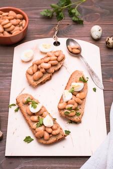 Bruschetta met gekookte bonen op een snijplank